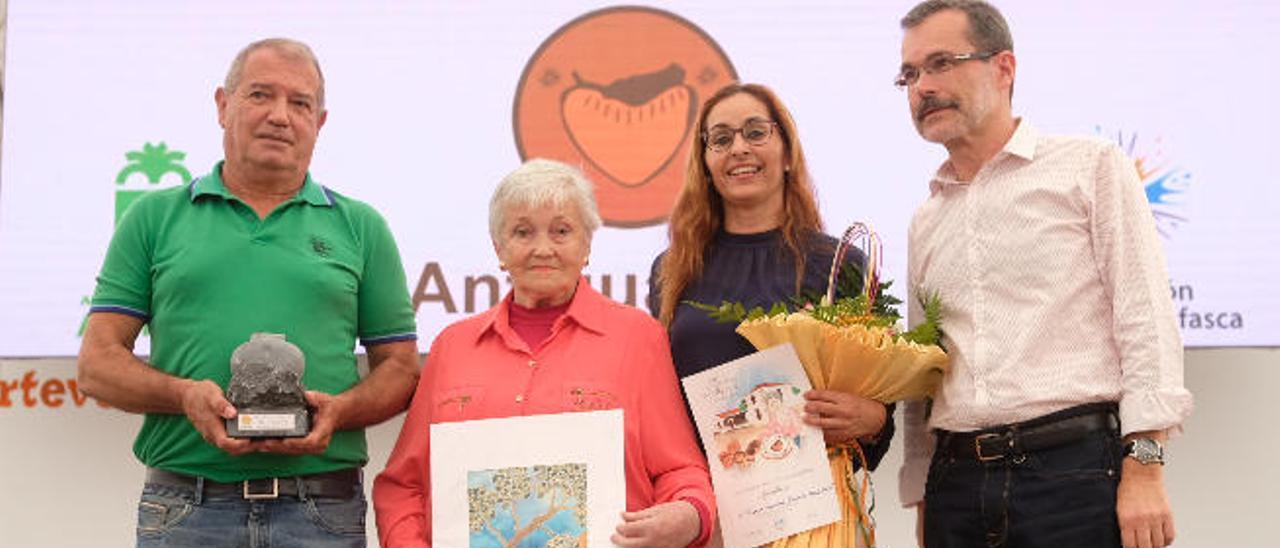 Desde la izquierda, Juan José Cazorla, la artesana María del Carmen Echeverría, Nereida Brito y Marcial Morales.