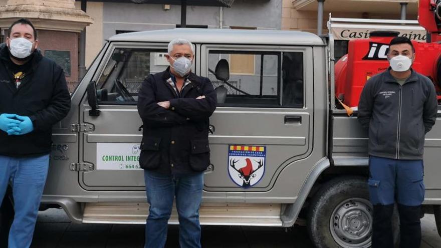 La federación de caza desinfecta dos municipios contra la covid-19