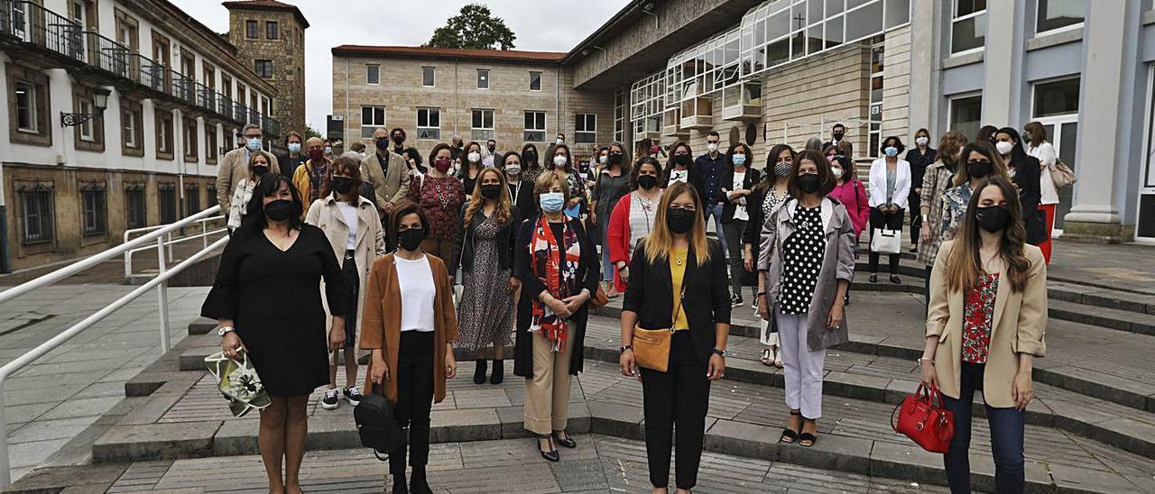 Las participantes en la clausura del programa Enfoca Talento, ayer, delante de la Casa de Cultura.