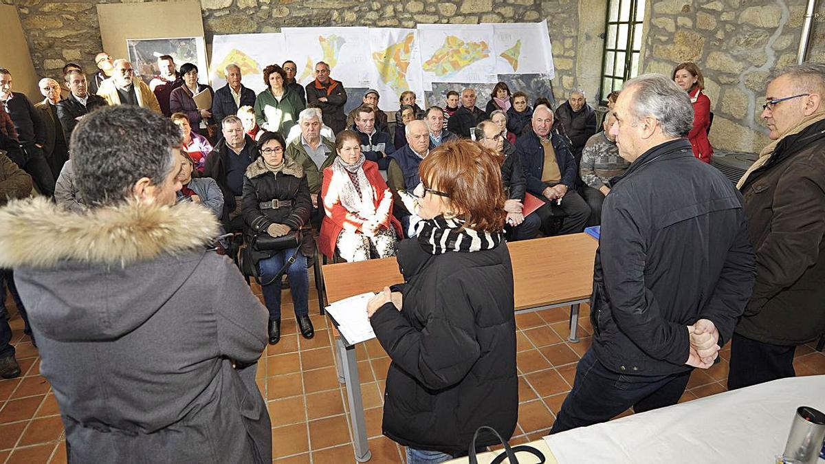 Entrega de documentos a los propietarios en Oleiros en febrero de 2019.     // BERNABÉ/JAVIER LALÍN