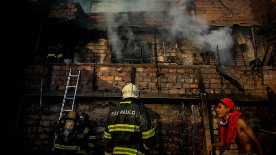 Un incendio arrasa 50 casas de una favela de Sao Paulo