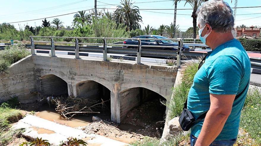 Vecinos de la carretera de Santa Pola urgen desviar el cauce del barranco de San Antón por las inundaciones