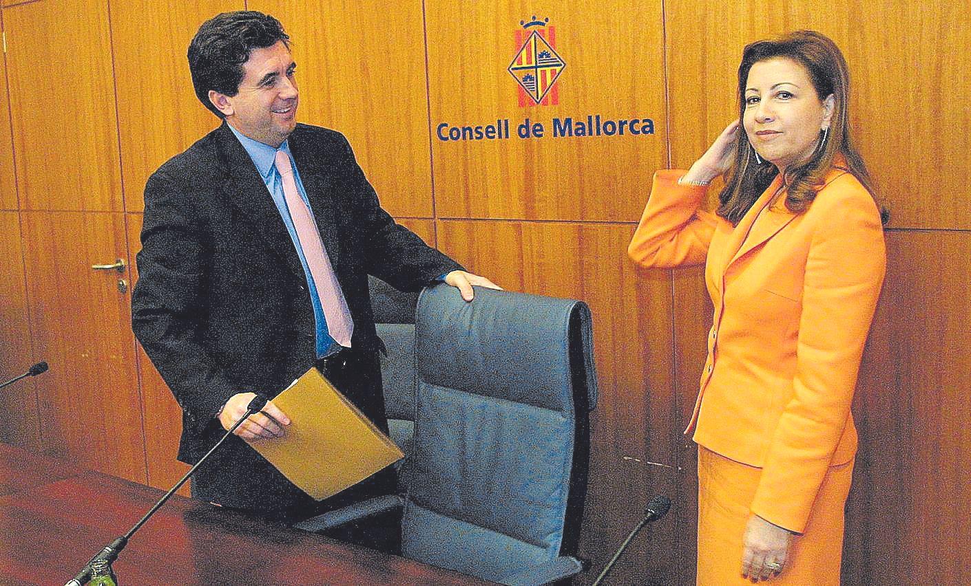 Los entonces ministro de Medio Ambiente Jaume Matas y presidenta del Consell de Mallorca Maria Antònia Munar, el viernes 28 de diciembre de 2001 en la sede del Consell, tras firmar el acuerdo para la compra de Raixa.