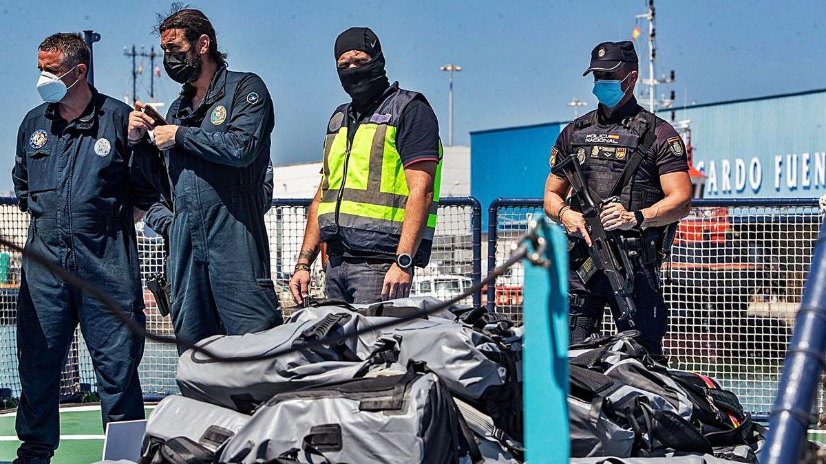 Varios agentes custodian la cocaína en el puerto de Cádiz.