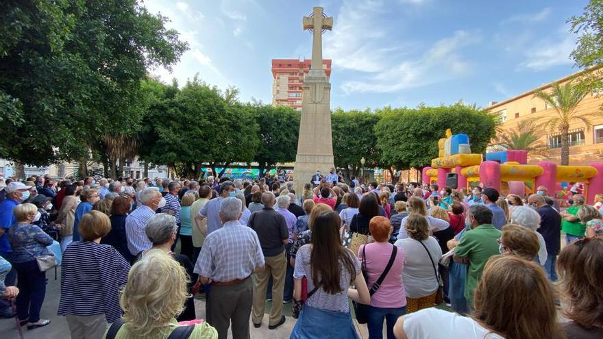 Más de 300 vecinos se manifiestan contra el derribo de la Cruz de los Caídos del Paseo de Germanías