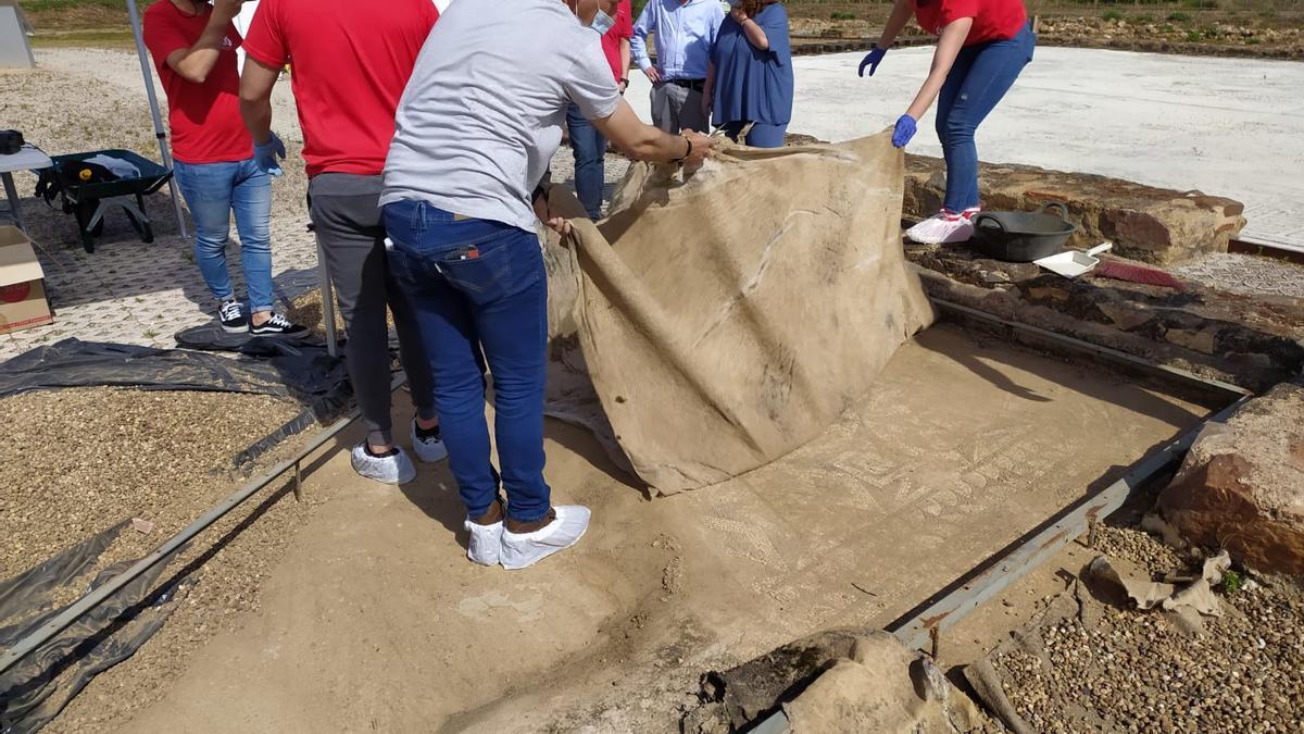 El arqueólogo Santiago Guerra muestra uno de los mosaicos de La Majona.