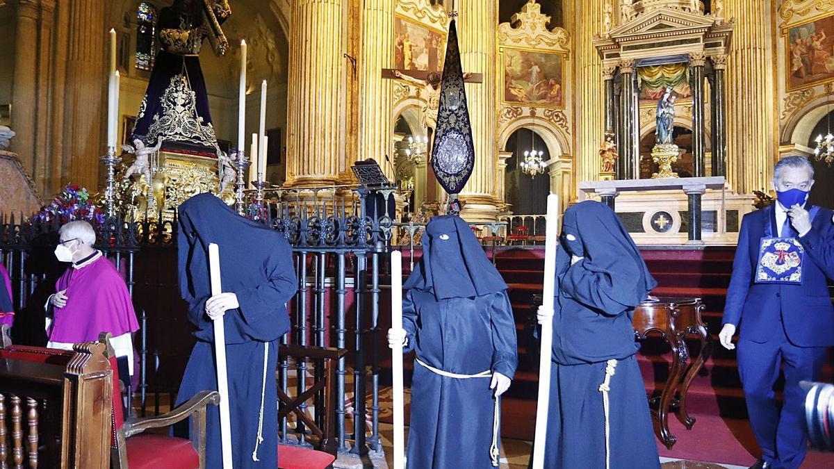 Ante Jesús el Rico | Los tres presos liberados, uno de ellos una mujer, ayer en la Catedral de Málaga. | ÁLEX ZEA (EUROPA PRESS)