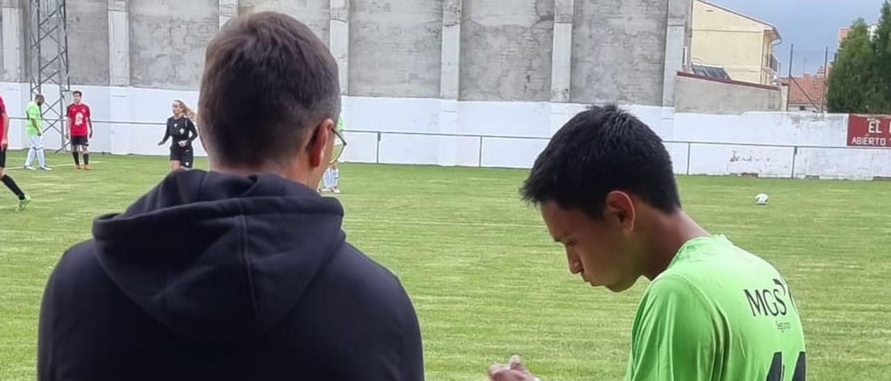El jugador que aparece en la imagen (derecha) fue objeto de los insultos racistas.