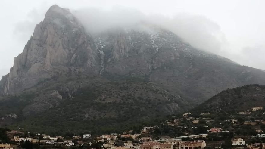La nieve, aunque en poca cantidad, también ha llegado hasta el Puig Campana, en Finestrat