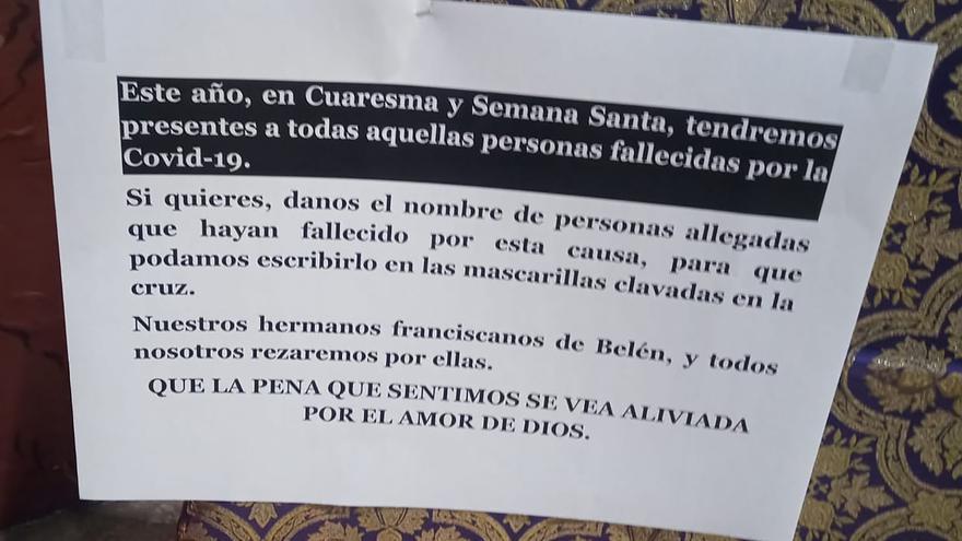 Clavan mascarillas con nombres de fallecidos por covid sobre una cruz en un convento de València