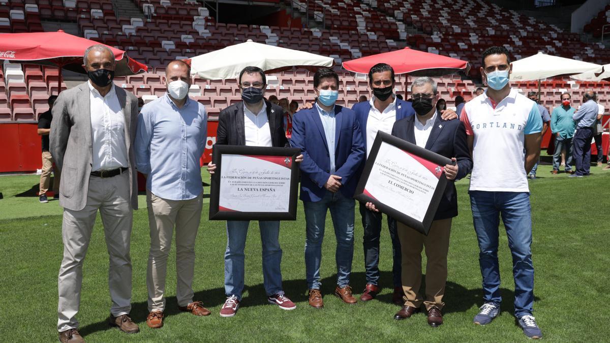 Por la izquierda, Joaquín Alonso, Jano Murias, Gonzalo Martínez Peón, Eloy Méndez, Jorge Guerrero, Marcelino Gutiérrez y Emilio Llerandi, en la entrega de la distinción, en El Molinón.