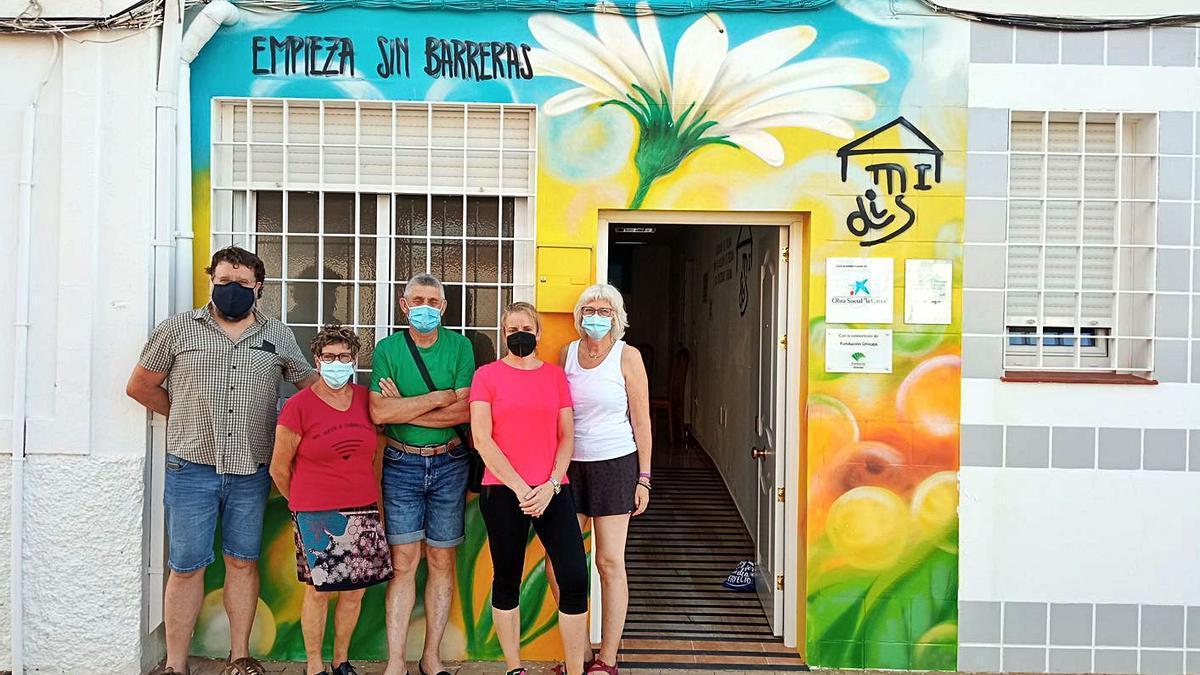 Junta directiva de Amidis en la puerta de la nueva sede en Mollina