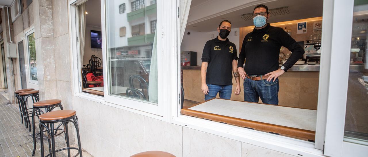 Dos trabajadores en el interior de un bar, en una imagen de archivo.