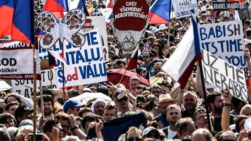 Protesta multitudinaria en Praga para pedir la dimisión del primer ministro checo
