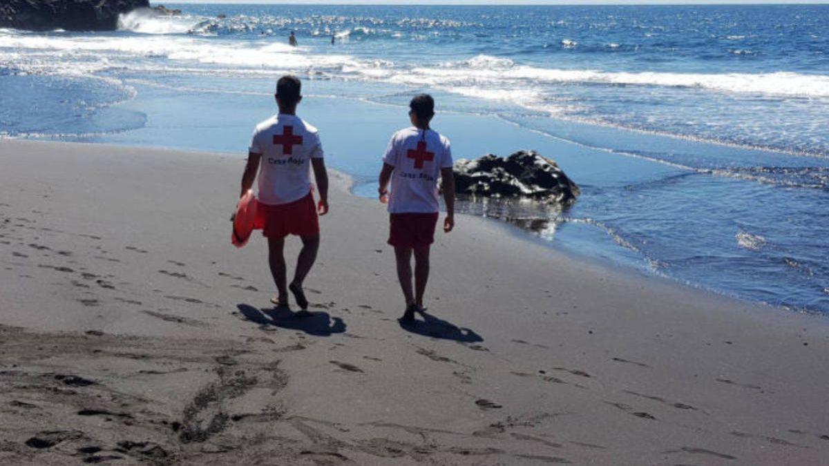 Voluntarios de Cruz Roja del Mar en una playa.