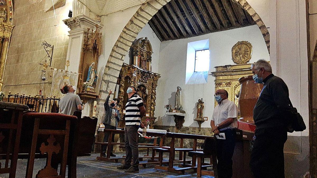 Visita al santuario de la Virgen de la Carballeda para comprobar deterioros y zonas de actuación. | A. S.