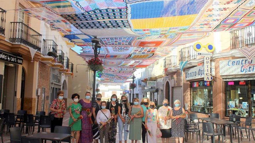 Un grupo de mujeres de Alhaurín de la Torre teje un gran toldo para dar sombra a la calle Málaga