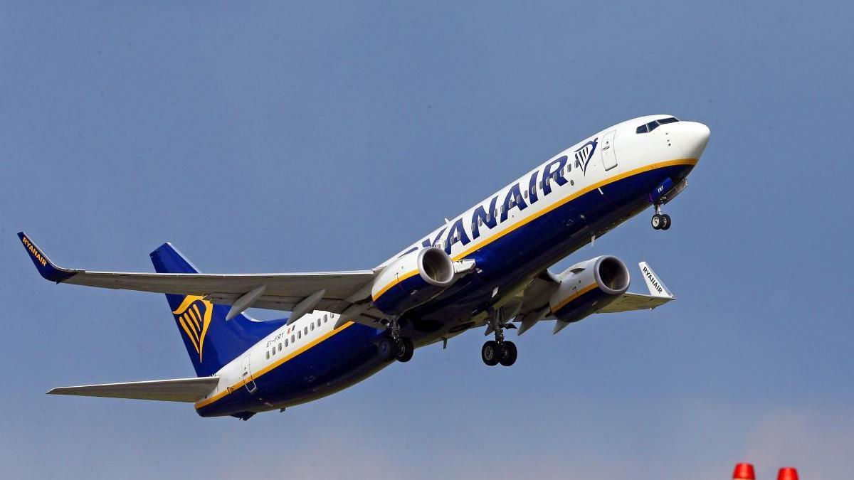 Un avión de Ryanair en Galicia. // Marta G. Brea