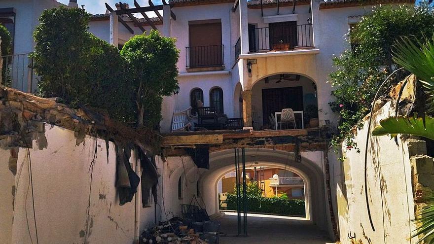 Se hunde sin causar heridos el jardín en voladizo de una vivienda en Xàbia