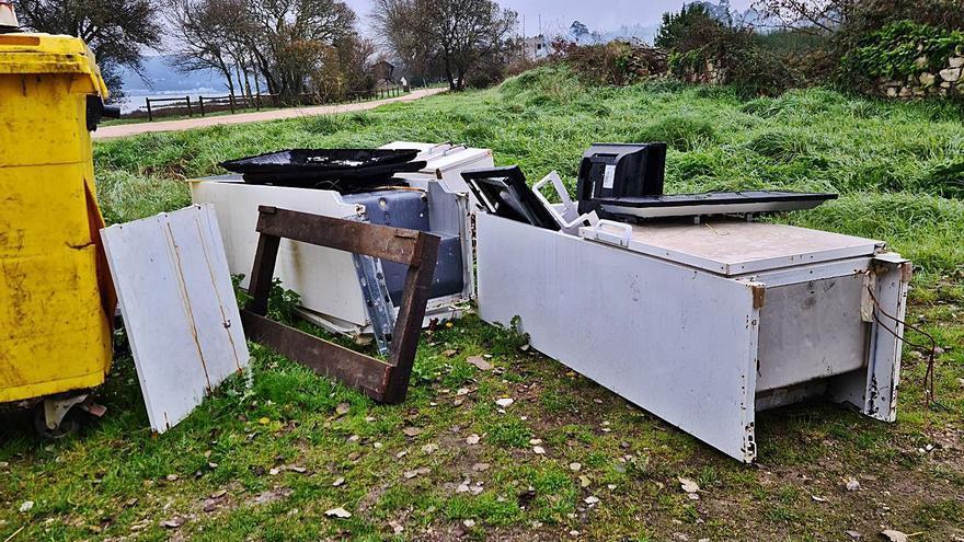 A Guarda detecta tres puntos de vertidos ilegales, con electrodomésticos incluidos