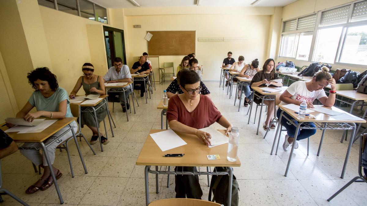 imagen de las últimas oposiciones de enseñanza en un instituto de Alicante