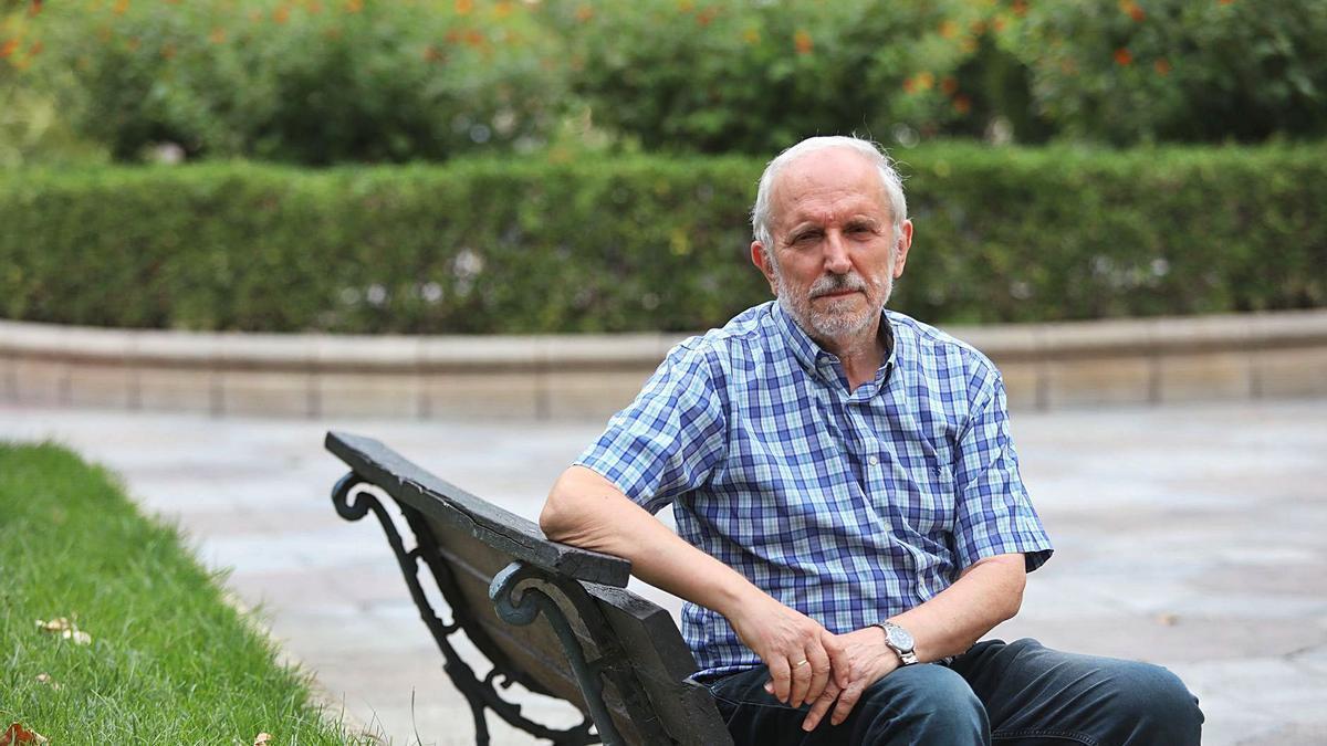 Vicente Salas, catedrático de la Facultad de Economía y Empresa de la Universidad de Zaragoza, posa en un banco del paseo de la Constitución.