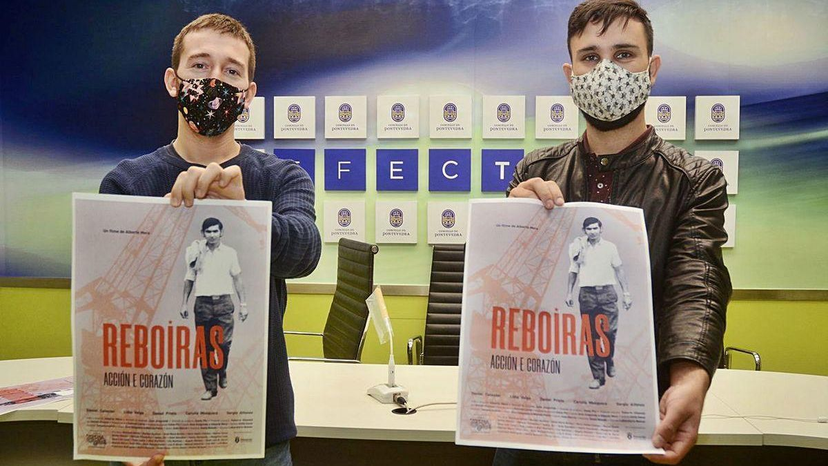 El concejal Alberto Oubiña y el director Alberte Mera muestran el cartel de la película.