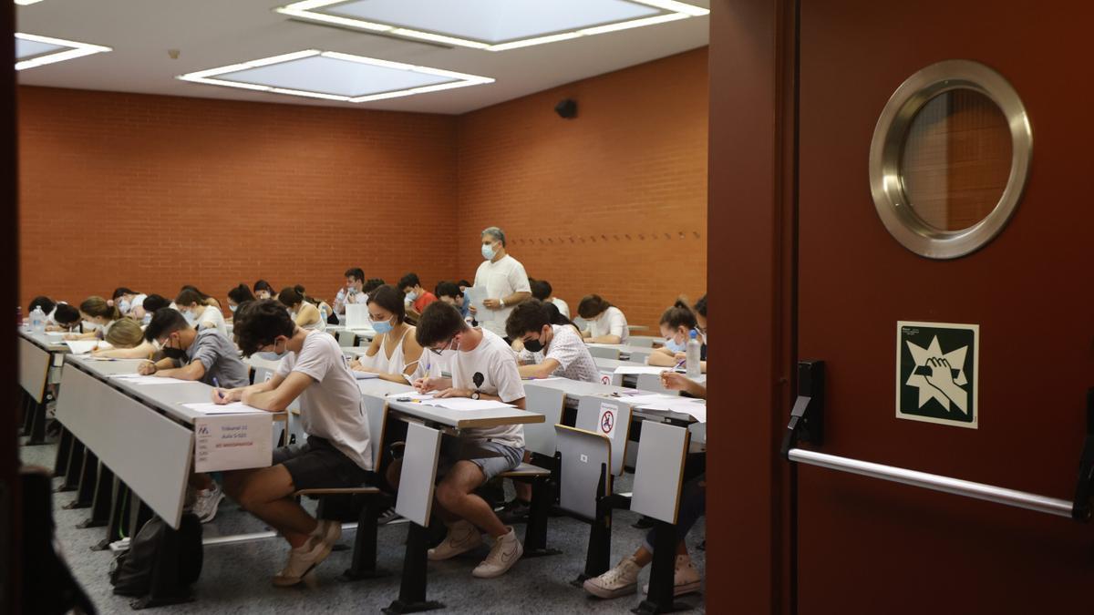 Selectividad 2021 en un aulario de la UV.
