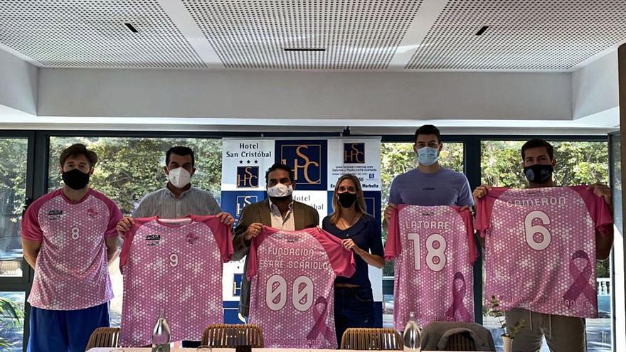 El CB Marbella presenta sus cubres rosas solidarios