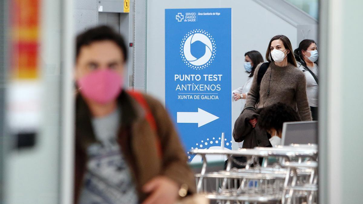 Llegada de pasajeros a Peinador, donde desde ayer se realizan test de antígenos
