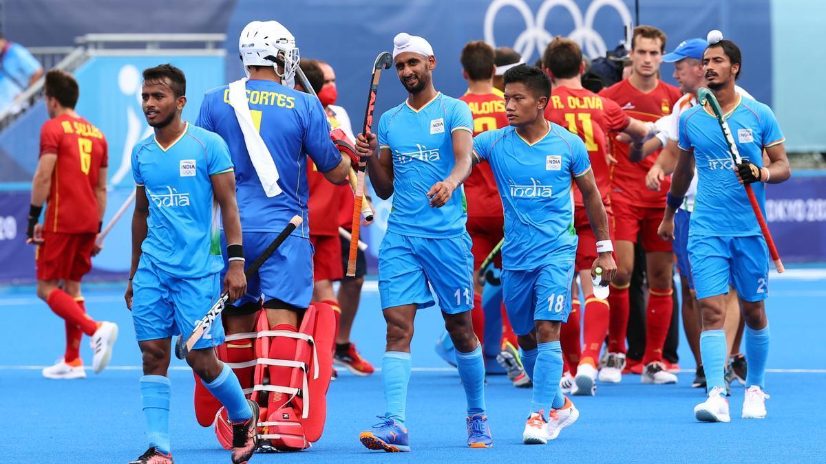 Los jugadores se saludan tras el España - India en los JJOO.