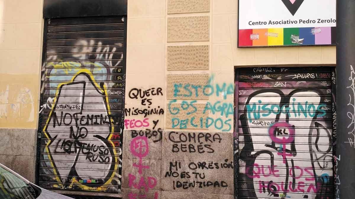 La sede de una asociación LGTBI de Madrid, vandalizada con mensajes tránsfobos