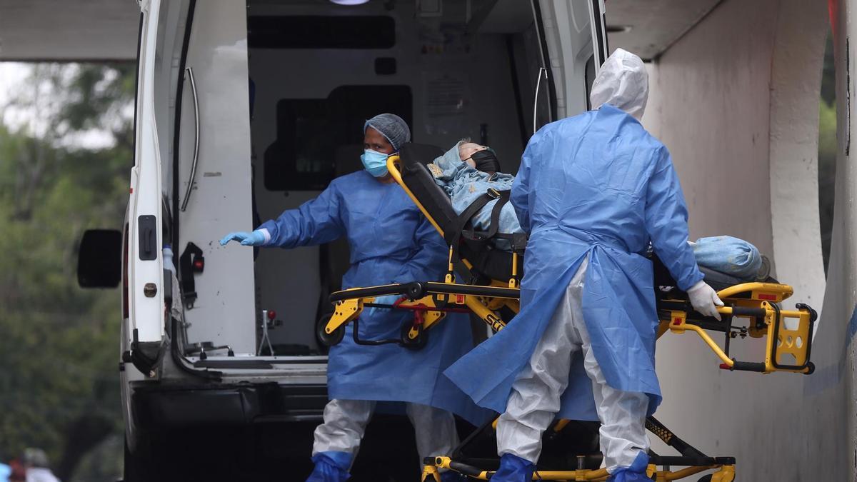 Sanitarios trasladan a una paciente con covid