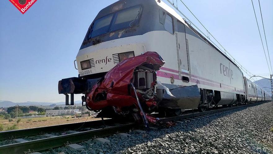 Cuatro muertos en el choque entre un tren y un coche en Novelda