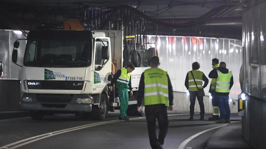 Un camión atascado bloquea el túnel de María Pita