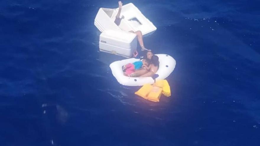 Muere una mujer tras amamantar a sus hijos y bebiendo orina para salvarlos de un naufragio