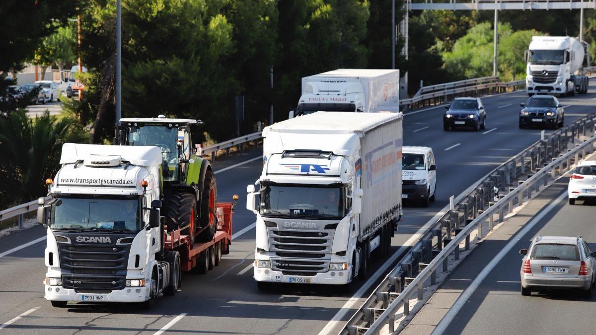 Varios camiones circulan por la Ronda Oeste de Murcia.