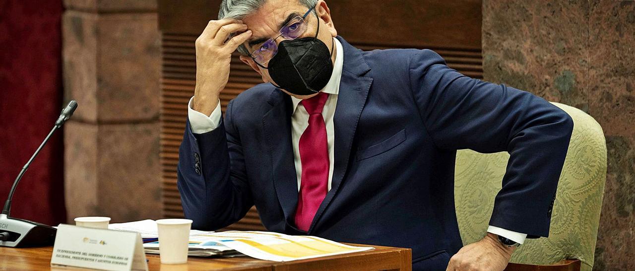 El consejero de Hacienda, Román Rodríguez, ayer en la Comisión de Presupuestos y Hacienda del Parlamento de Canarias.     EFE