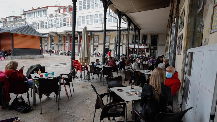 """Jornada pasada por agua en el primer día de la ampliación de horario de las terrazas asturianas: """"Esta lluvia nos ha hecho cambiar de planes"""""""