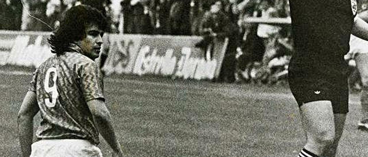 Hicks, junto a Soriano Aladrén, en el derbi del Tartiere de la temporada 1989-90.