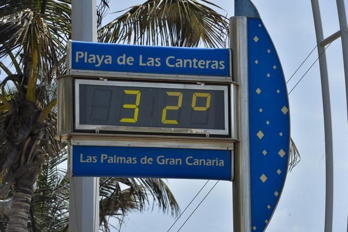08-09-2020 LAS PALMAS DE GRAN CANARIA. Ambiente en la playa de Las Canteras por el festivo. Fotógrafo: ANDRES CRUZ  | 08/09/2020 | Fotógrafo: Andrés Cruz