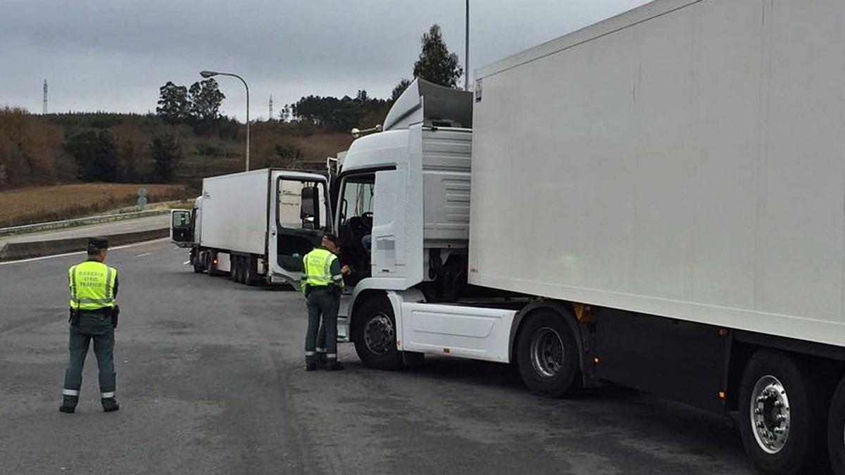 Dos agentes, durante un control al sector del transporte.   | // G. C.