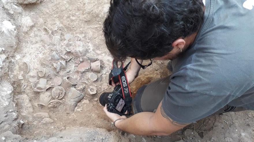 Hallan en Menorca un depósito intacto de vasos prehistóricos funerario