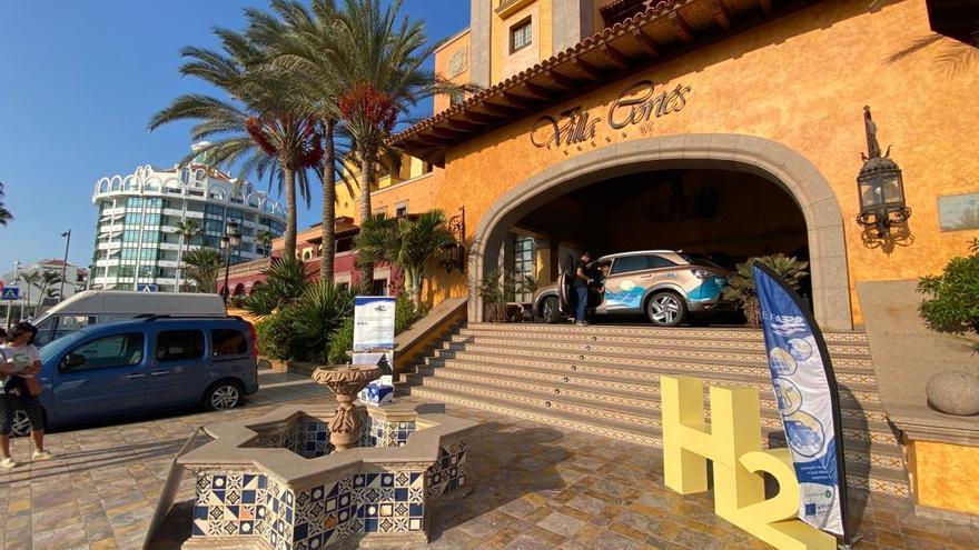 Turistas de vacaciones prueban los primeros coches de hidrógeno de Tenerife