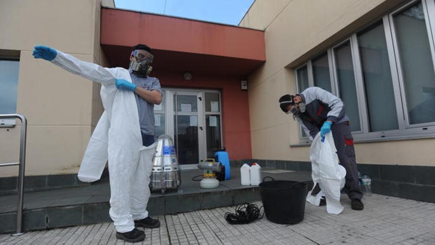 Desinfección del centro cívico de Feáns tras el brote de coronavirus