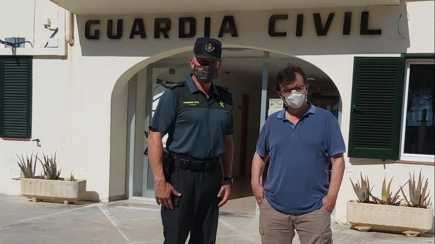 El escritor Javier Cercas interroga a la Guardia Civil del Port de Pollença