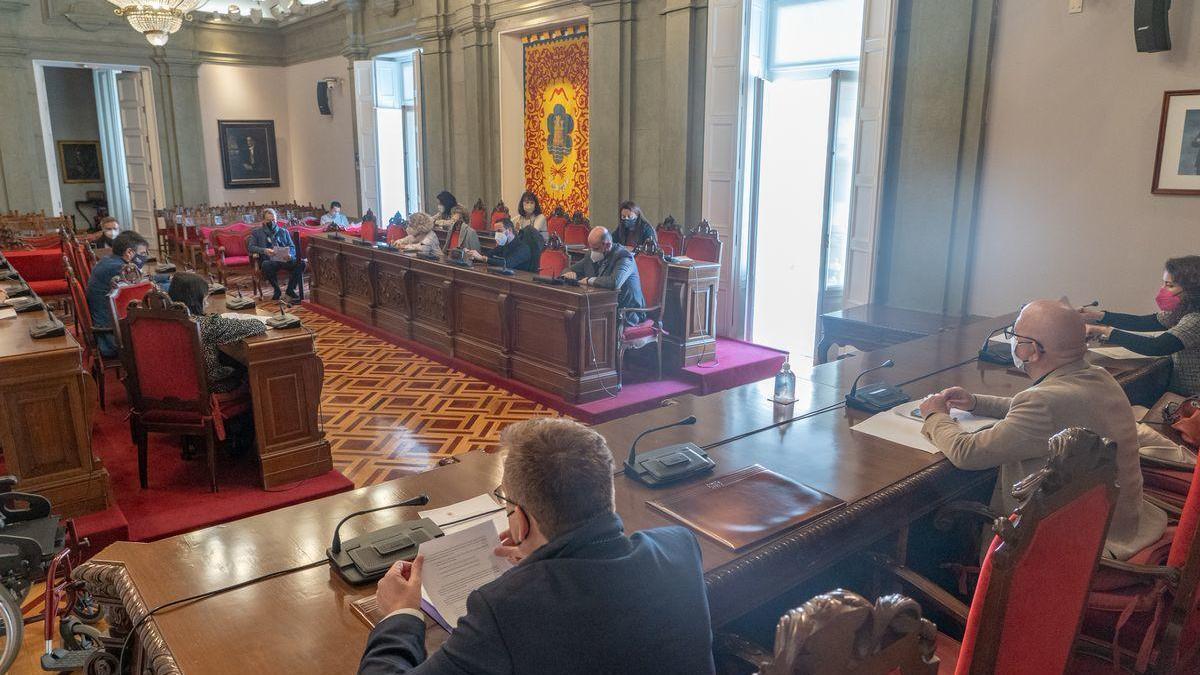 La Comisión de Hacienda reunida en el salón de plenos del Palacio Consistorial.
