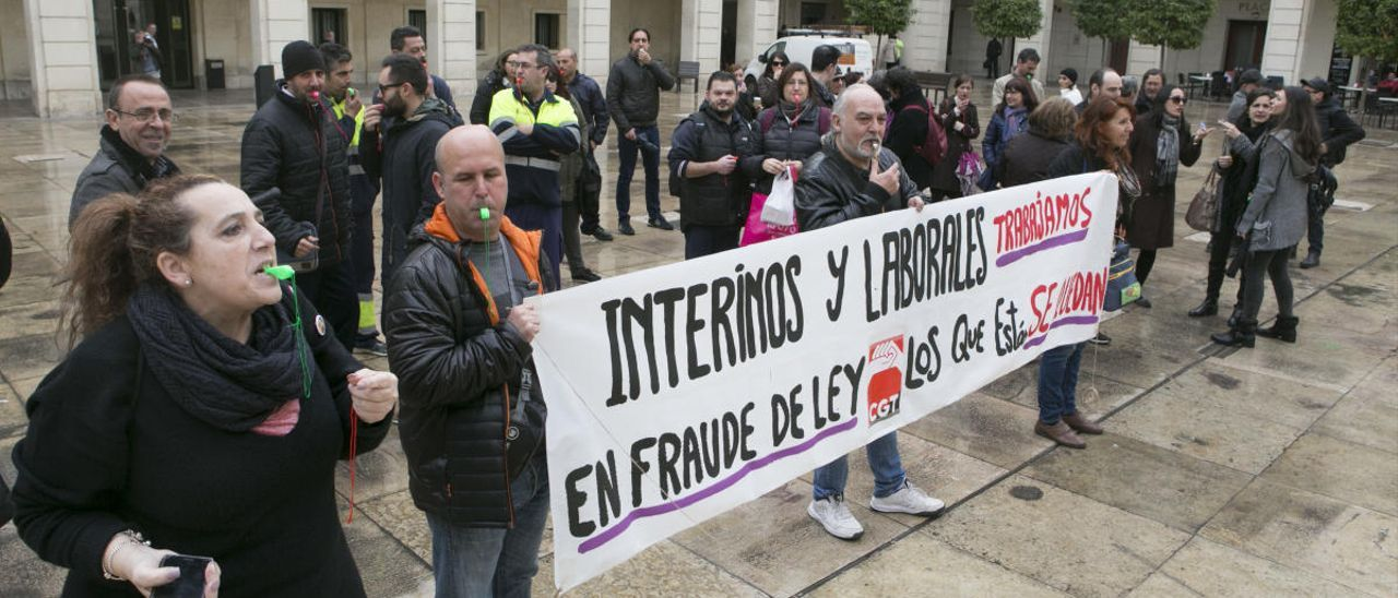 Una protesta de funcionarios interinos en la Plaza del Ayuntamiento de Alicante.