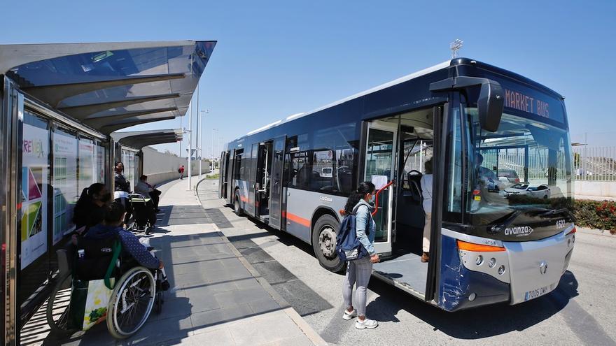 Torrevieja acerca la parada de bus del mercadillo al recinto e instala marquesinas
