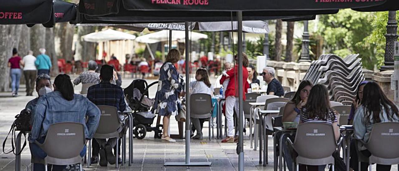 Clientes en la terraza de un bar de Xàtiva, el pasado viernes   PERALES IBORRA
